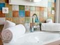 Une salle de bain de l'Hôtel Le Mas du Lingousto